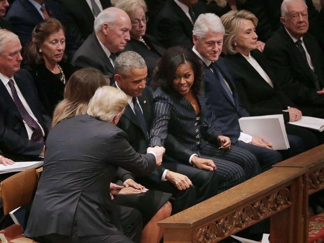 Tổng thống Trump bắt tay chào hỏi vợ chồng cựu Tổng thống Barack Obama. (Ảnh: Getty)