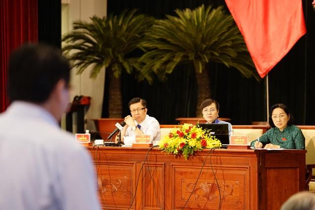 Lãnh đạo HĐND TPHCM lắng nghe phần trả lời của cơ quan chức năng