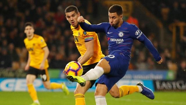 Hazard trong một pha dứt điểm, cánh trái của tiền đạo người Bỉ vẫn là mũi tấn công chính của Chelsea