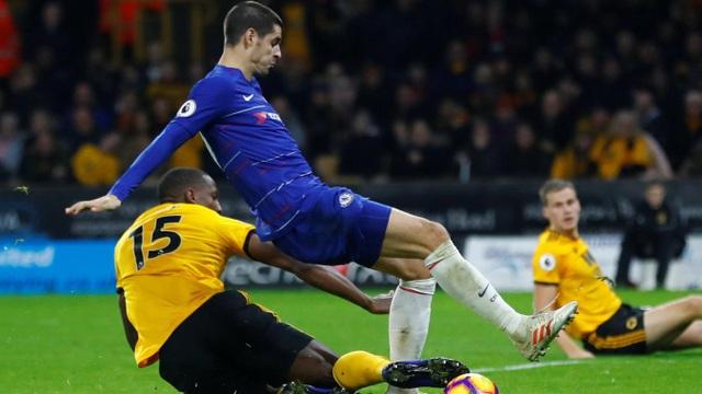 Morata vẫn thi đấu thất thường, tiền đạo người Tây Ban Nha bị hàng thủ của Wolves chăm sóc chu đáo