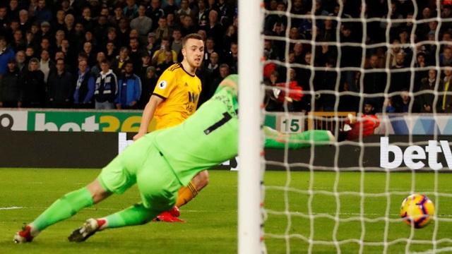 Hàng thủ của Chelsea chơi như nghiệp dự, họ để mắc Jota ghi bàn khi cho rằng cầu thủ đối phượng phạm lỗi với Willian trong khi trọng tài không cắt còi