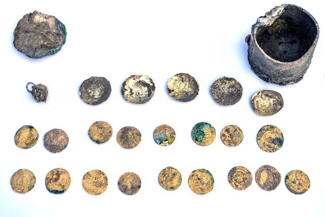 Những đồng tiền vàng được đào lên sau 1.000 năm chôn dưới hố nước sâu hơn 1,5m.