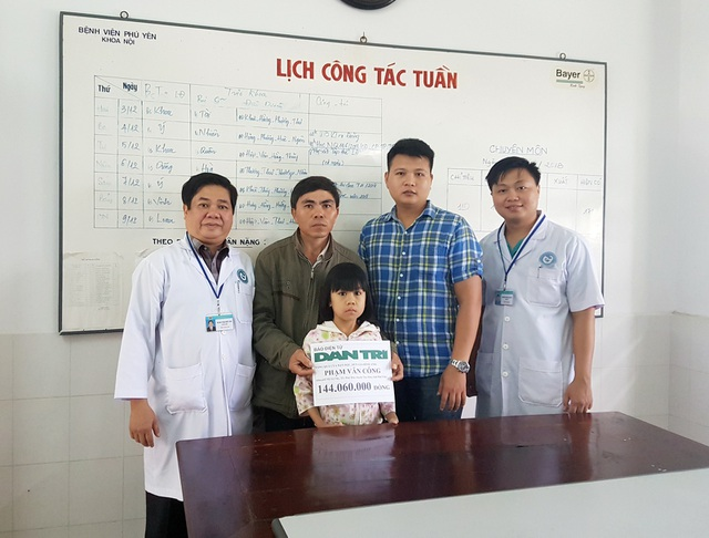 Bác sĩ Phạm Hiếu Vinh cùng PV báo Dân trí đã đại diện bạn đọc trao tận tay anh Phạm Văn Công 144.060.000 đồng