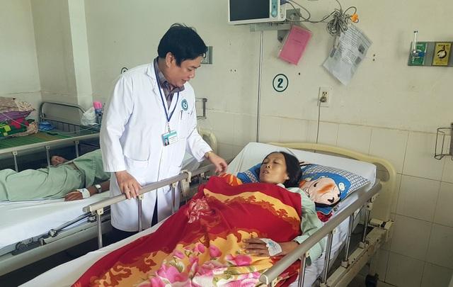 Bác sĩ Phạm Hiếu Vinh đến giường bệnh thăm hỏi động viên chị Thu