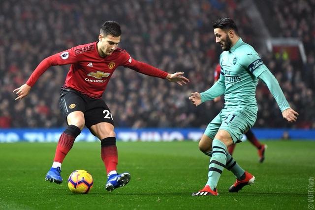 Dalot (trái) có trận đầu tiên ra sân ở đội hình xuất phát của Man Utd tại Premier League