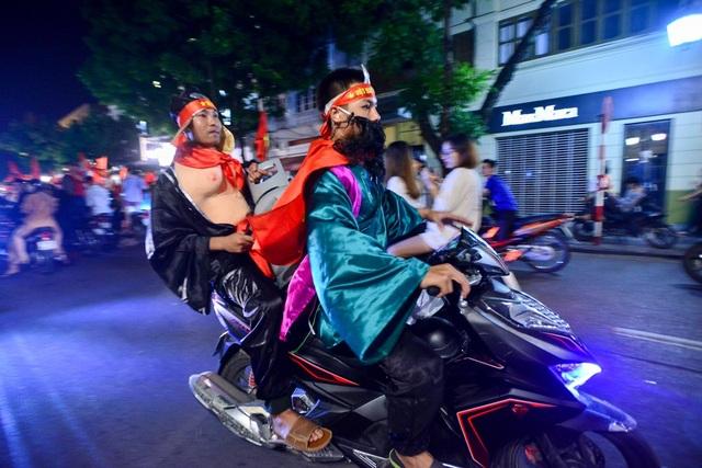Một nhóm cổ động viên hóa trang thành Thầy trò Đường Tăng xuống đường ăn mừng chiến thắng đầy ngọt ngào của đội tuyển nhà.