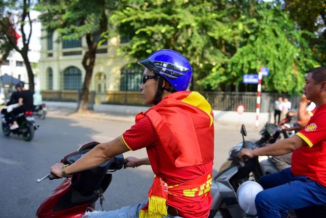 Các thành viên được phổ biến đội mũ bảo hiểm, không vượt đèn đỏ. Một thành viên trong đoàn khoác lá cờ Tổ quốc trên vai.