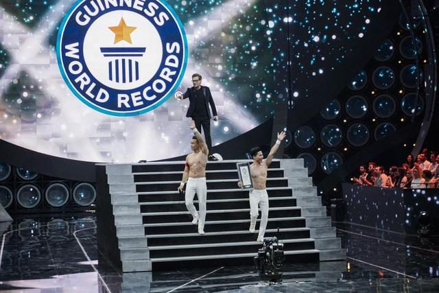Niềm vui vỡ oà khi nhận bằng chứng nhận đã xác lập thành công kỷ lục mới của thế giới.