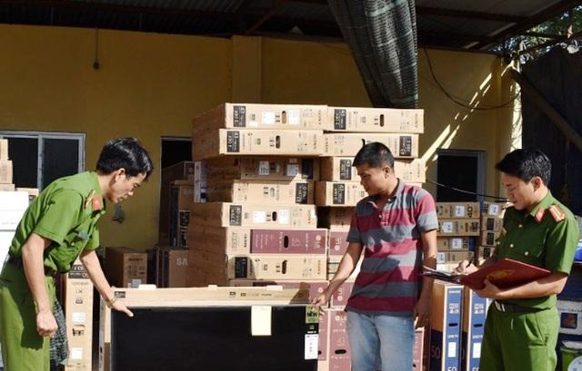 Hơn 100 chiếc ti vi lậu được chuyển từ TP. Hồ Chí Minh ra Hà Nội tiêu thụ bị bắt giữ.