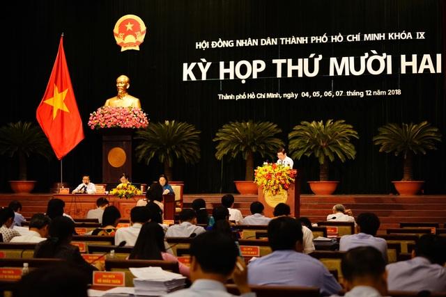 Các đại biểu quan tâm đến bộ sách giáo khoa dành riêng cho TPHCM