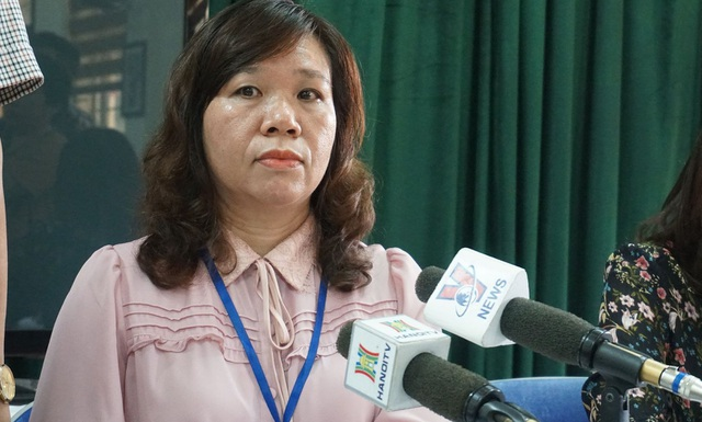 Trái ngược với lời kể của phụ huynh, tại cuộc gặp gỡ báo chí vào sáng 6/12, Hiệu trưởng trường Tiểu học Quang Trung- bà Lê Anh Vân cho biết, đây là việc học sinh tát nhau trong giờ học, cô giáo ngăn lại.