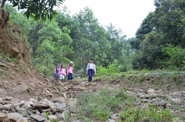 Học sinh các tổ Gò Lút, Vùng Khâm, Gò Xiêng phải mất nửa ngày trời vượt qua 14 km đường mòn để đến trường