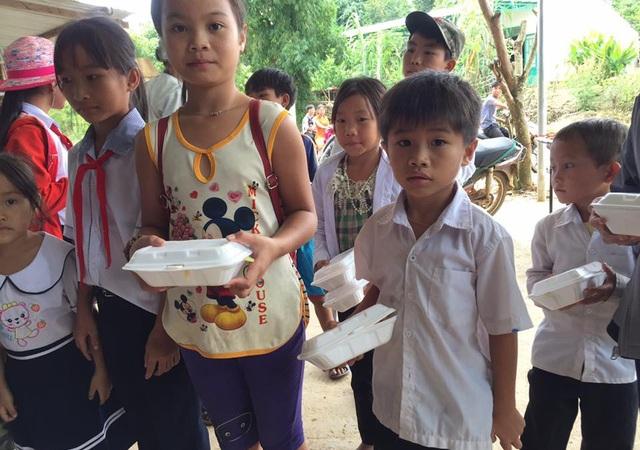 Từ năm học này, hơn 130 học sinh ở trọ được thầy cô giáo tặng cơm miễn phí