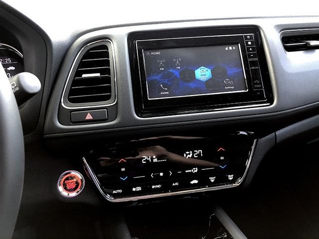 Bảng điều khiển điều hoà và hệ thống giải trí được đơn giản hoá bằng các nút bấm cảm ứng