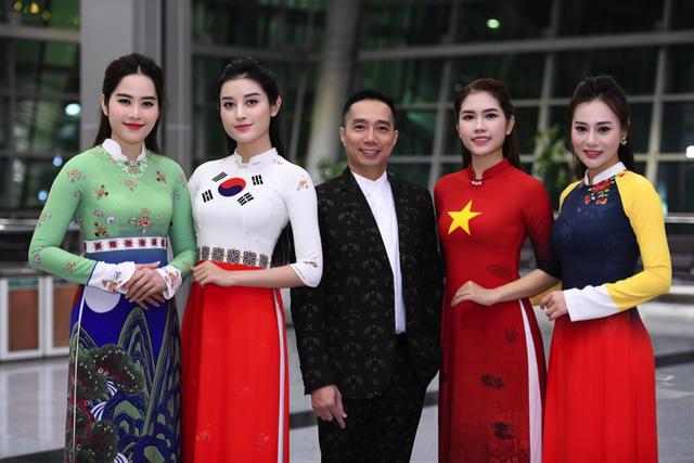 Á hậu Huyền My cùng với Top 10 Hoa hậu Việt Nam - Thuỳ Dương là hai người mẫu diện áo dài Quốc kỳ Việt Nam và Hàn Quốc khép lại show diễn áo dài của NTK Đỗ Trịnh Hoài Nam.