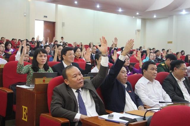 Các đại biểu biểu quyết thông qua tờ trình về danh sách những người được lấy phiếu (ảnh QTV) tín nhiệm