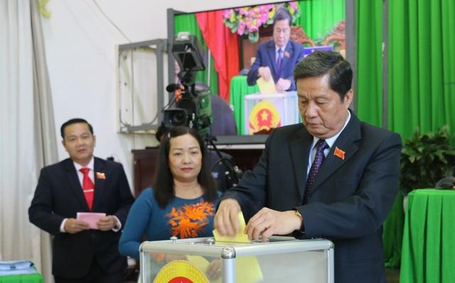 Ông Phạm Văn Hiểu (đang bỏ phiếu)- Chủ tịch HĐND TP Cần Thơ có 100% phiếu tín nhiệm cao