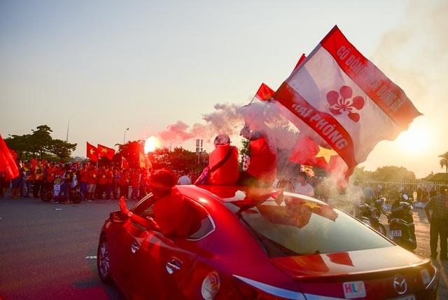 Những cổ động viên đến từ thành phố Hoa Phượng Đỏ (Hải Phòng) cùng cổ vũ cho đội tuyển Việt Nam trong trận đấu tối nay.