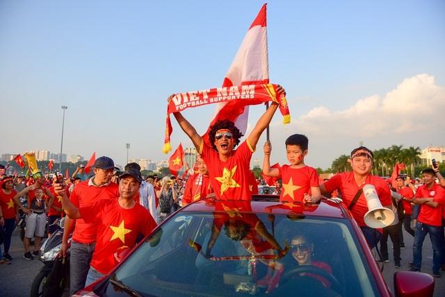 Cổ động viên sớm nhuộm đỏ Mỹ Đình trước trận bán kết AFF Cup 2018 - 11