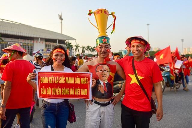 Một cổ động viên vẽ chân dung HLV Park Hang-seo lên người để thầm cảm ơn ông là người dẫn dắt đội tuyển Việt Nam vào trận bán kết AFF Cup 2018.