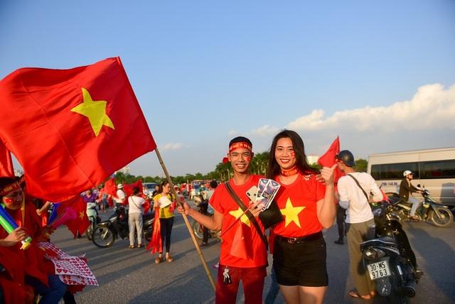 Anh Vũ Đoàn (Thanh Hà, Hải Dương) cùng bạn đến sân vận động tiếp lửa cho đội tuyển Việt Nam. Tôi đi từ Hải Dương lên sân vận động Mỹ Đình từ trưa, tôi đến sớm để được hòa mình vào không khí cổ vũ cho đội tuyển nhà thi đấu tốt. Tôi dự đoán tỷ số đội Việt Nam sẽ thắng đội Philippines 2-0.