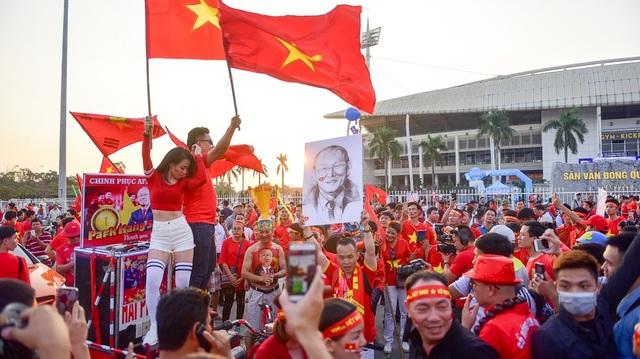 Một nhóm cổ động viên nhảy múa trước nhiều tiếng hô vang Việt Nam vô địch.