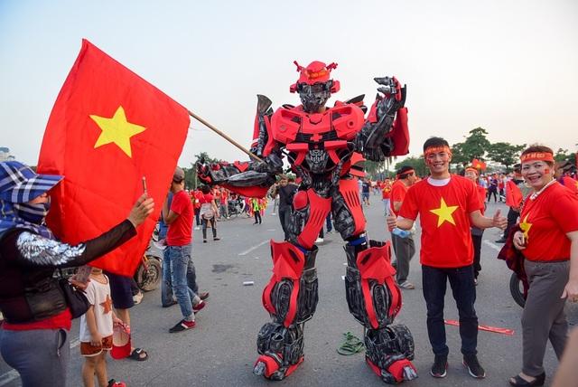 Cổ động viên hóa trang thành robot Transformers đến Mỹ Đình.