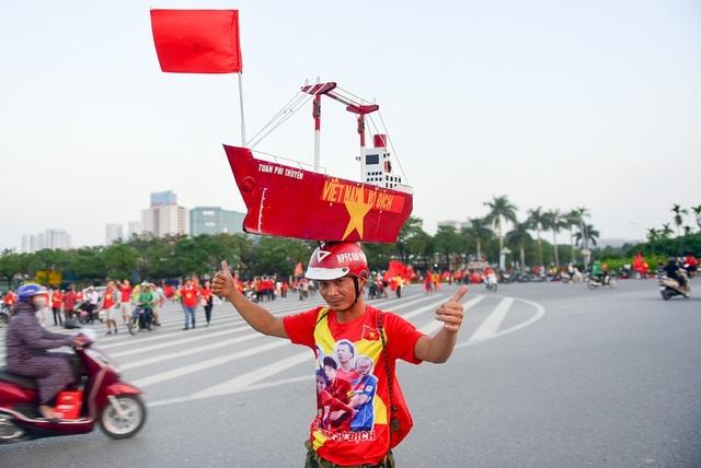 Một cổ động viên đến từ Hải Phòng đội trên đầu chiếc thuyền ghi dòng chữ Việt Nam vô địch.
