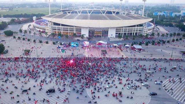 Từ 16h chiều nay, hàng nghìn cổ động viên đã đổ về sân vận động Quốc gia Mỹ Đình để cổ vũ cho đội tuyển Việt Nam gặp Philippines trong trận lượt về bán kết AFF Cup 2018.