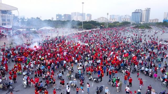 Hàng nghìn cổ động viên cầm cờ, băng rôn, kèn còi... khiến không khí tại phía ngoài sân Mỹ Đình đông nghịt người.