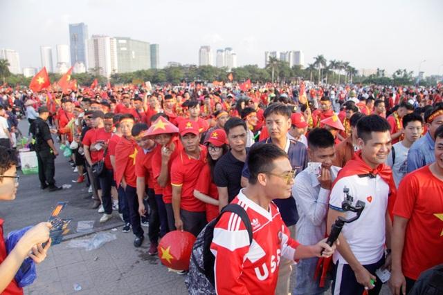 Hàng chục nghìn cổ động viên xếp hàng dài vào sân vận động Mỹ Đình.