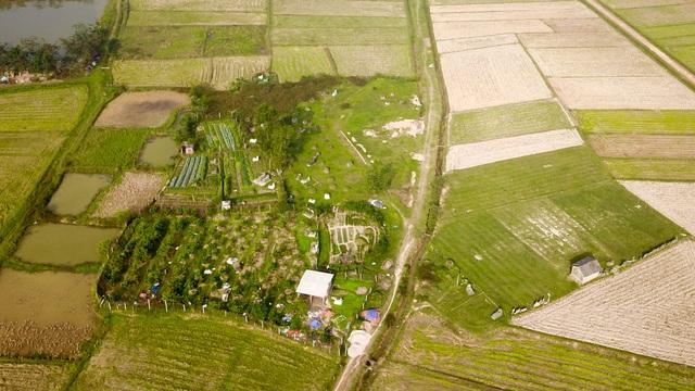 Một khu đất có nhiều ngôi mộ cũng nằm trong phần đất của dự án.