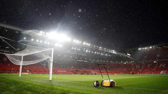 Tuyết rơi ở Old Trafford trước giờ bóng lăn khiến sân trơn bóng ướt