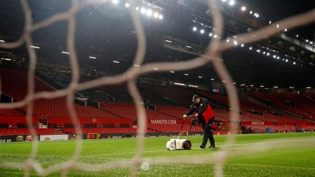 Nhân viên của Manhcester United sơn lại vạch kẻ sân trước khi trận đấu bắt đầu