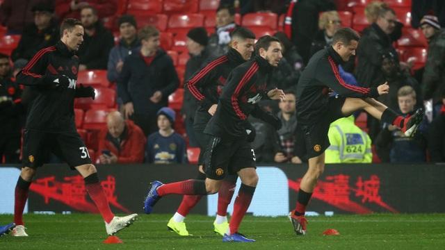 Các cầu thủ Man Utd khởi động trước giờ bóng lăn, thêm một trận đấu nữa Mourinho mang tới sự thay đổi về đội hình của Man Utd. Dường như chiến lược gia người Bồ Đào Nha không tìm ra được một đội hình ổn định cho hai trận liên tiếp