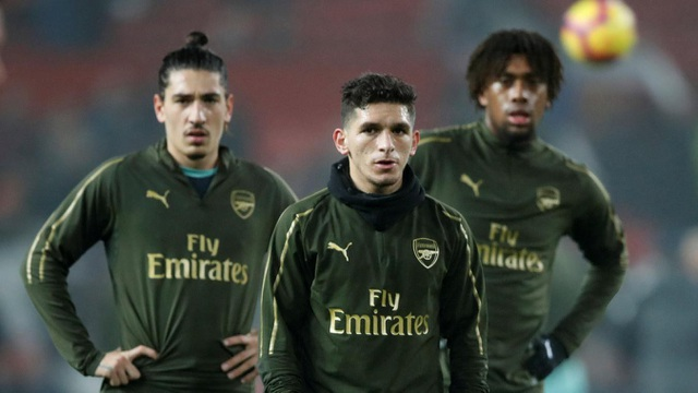 Các cầu thủ Arsenal khởi động tại Old Trafford, với Torreira anh có trận đầu tiên thi đấu cho Arsenal ở sân đại kình địch Man Utd