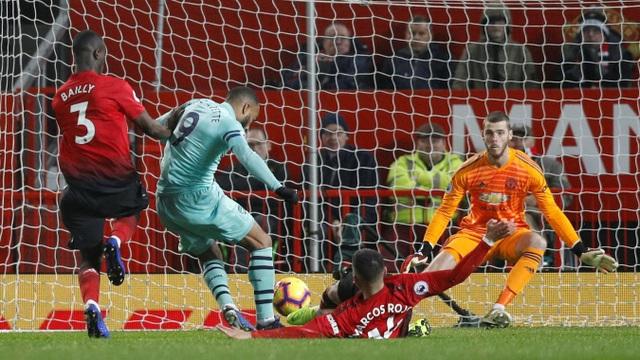 Sai lầm của Rojo mang tới cơ hội ghi bàn của Lacazette