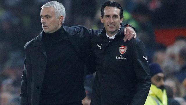 Mourinho khoác vai Emery sau trận đấu, họ tỏ ra thân thiện. Cầu thủ Man Utd và Arsenal nhận tới sáu thẻ vàng ở trận này, nhưng không có quá nhiều tình huống va chạm nảy nửa như trận derby Bắc London cuối tuần qua.