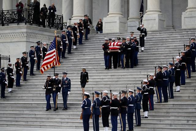 Vào sáng ngày 5/12 (theo giờ Mỹ), linh cữu cố Tổng thống George H.W. Bush đã được đưa từ Đồi Capitol (trụ sở Quốc hội Mỹ) tới Nhà thờ Quốc gia ở thủ đô Washington để thực hiện nghi lễ quốc tang.