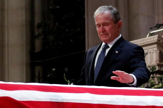 Cựu Tổng thống Bush đã khóc khi đặt tay lên linh cữu của người cha quá cố.