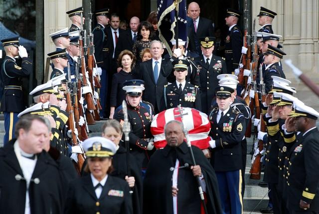 Sau lễ tang tại Nhà thờ Quốc gia, linh cữu cố Tổng thống Bush được chuyển ra ngoài để trở về quê nhà Houston, Texas. Tại đây, một lễ tang nữa được tổ chức tại nhà thờ St. Martin trước khi thi hài cố tổng thống được an táng.