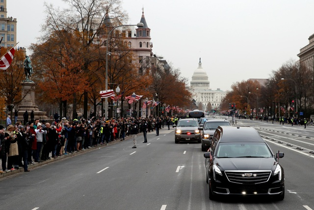 """Đông đảo người dân đứng hai bên đường nhìn đoàn xe chở linh cữu đi qua. Tổng thống Bush """"cha"""" mất ngày 30/11 ở tuổi 94 tại nhà riêng ở Houston. Thi hài của ông được đưa từ Houston tới Washington một ngày sau đó và quàn tại Đồi Capitol."""