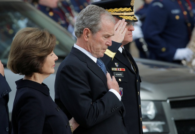 Khoảnh khắc xúc động của cựu Tổng thống Bush khi linh cữu của cha ông được đưa tới Nhà thờ Quốc gia.