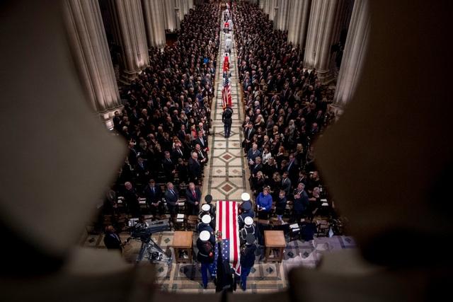 Đội danh dự đưa linh cữu cố Tổng thống Bush vào bên trong nhà thờ để làm lễ.
