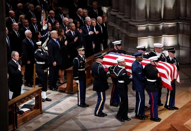 Các tổng thống Mỹ đặt tay lên ngực để tưởng nhớ cố Tổng thống Bush khi linh cữu được đưa vào Nhà thờ Quốc gia.