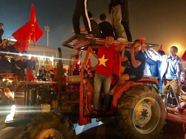Cổ động viên lái máy cày trước sân Mỹ Đình ăn mừng chiến thắng - 4