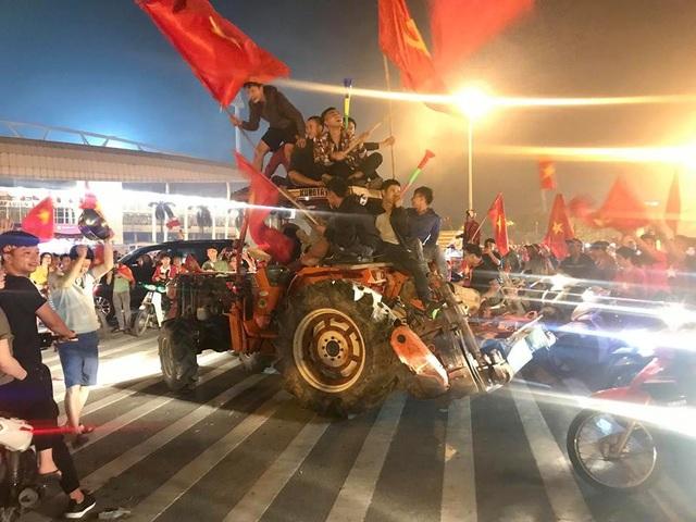 Cổ động viên lái máy cày trước sân Mỹ Đình ăn mừng chiến thắng - 5