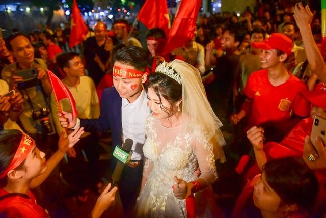 Một đôi bạn tranh thủ chụp ảnh cưới trong khoảnh khắc hiếm có này.