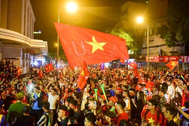 Mọi người đều mang theo cờ đỏ sao vàng, thổi còi hô vang Việt Nam vô địch.