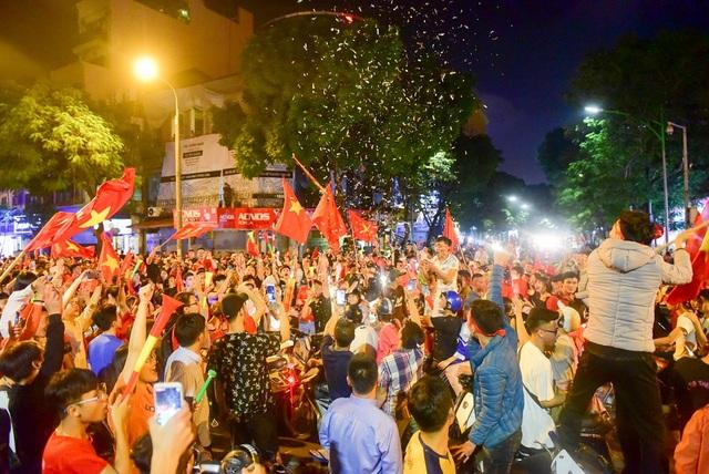 Sau khi đội tuyển Việt Nam giành chiến thắng thắng 2-1 trước đội tuyển Philippines trong trận lượt về AFF Cup 2018 tại sân Mỹ Đình, hàng nghìn cổ động viên đã đổ về khu vực bờ hồ Hoàn Kiếm để ăn mừng chiến thắng.